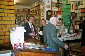 Juni 2004: Jürgen Habermas besucht unsere Buchhandlung zu einer Signierstunde